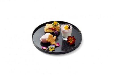 【写真を見る】旅館目黒の華やかな味わいの4種のスイーツ「春らんまんプレート」。苺とカスタードを油揚げでサンドした新発想ミルフィーユ、お楽しみもなか、豆乳パンケーキ、ムース