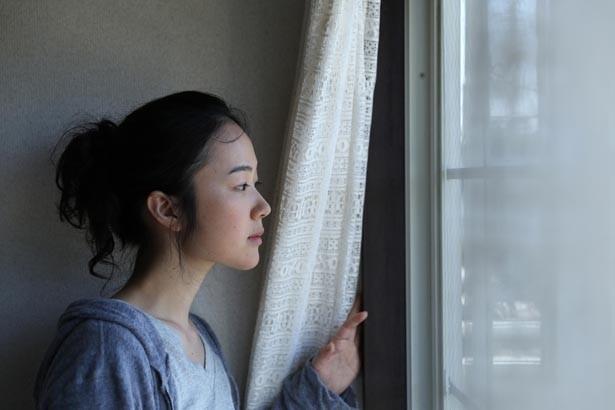 物憂げな表情で外を眺める姿が美しすぎる