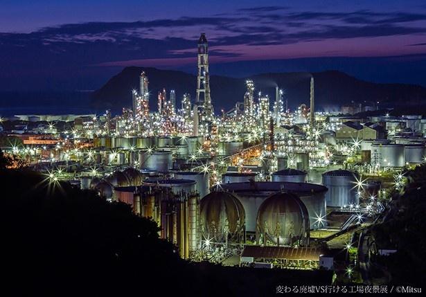 廃墟と工場夜景に特化した写真展が開催される
