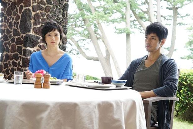 倦怠期中の夫婦、健二(西島秀俊)と綾(小山田サユリ)
