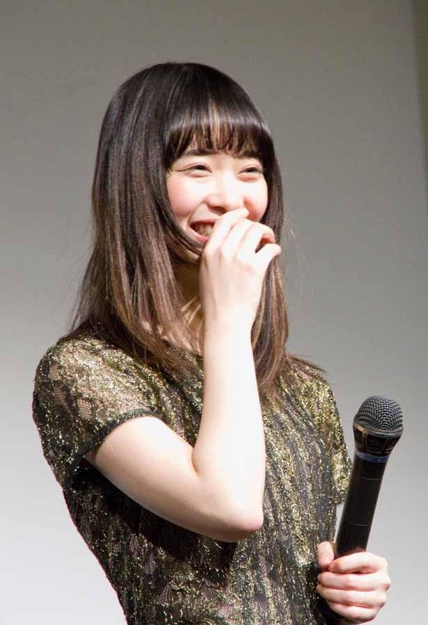 【写真を見る】内藤監督や小関とのやりとりに思わず笑ってしまう森川葵