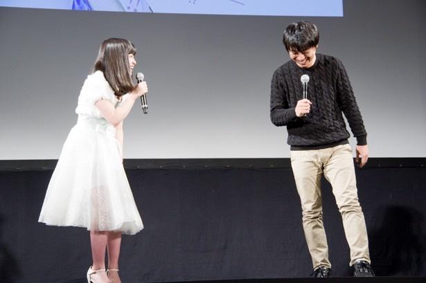 笑顔で前田弘二監督とやりとりする橋本