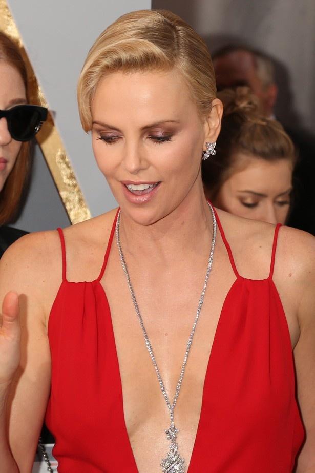 【写真を見る】胸元にはハリー・ウィンストンの超ゴージャスなネックレスが