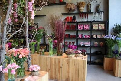 家や会社に贈る花、結婚式で飾る花だけでなく、気軽なプレゼントやフラワーボックスも販売