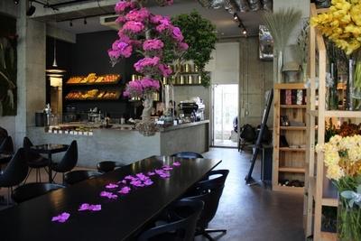 青山フラッグシップ内のカフェスペース。美しい自然の空間でカフェが楽しめる