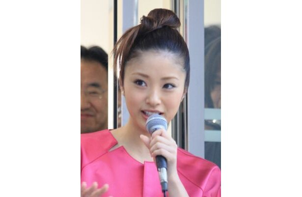 上戸さんはショッキングピンクのドレスで登場!【ほか上戸彩さん画像】