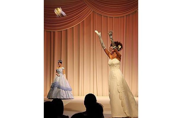 ブーケトスで盛り上がるモデルも観客も盛り上がった
