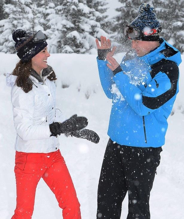 雪をぶつけあって楽しむ夫婦の姿も