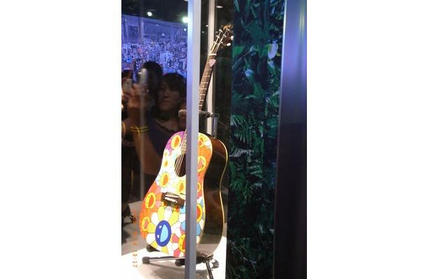 村上隆氏によりペインティングが施されたギターも