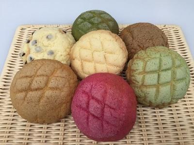 焼き立てパン工房ゆうはのメロンパンは、プレーン、メロン、ストロベリーなど15種類