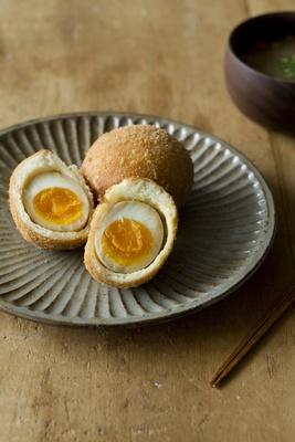 小麦と酵母 満の「味付けたまご」は、特製だしに漬けた卵をドーナツ風に包んで揚げたもの