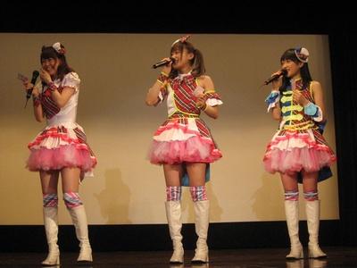 舞台挨拶で笑顔を見せる芹澤優・茜屋日海夏・久保田未夢(写真左から)