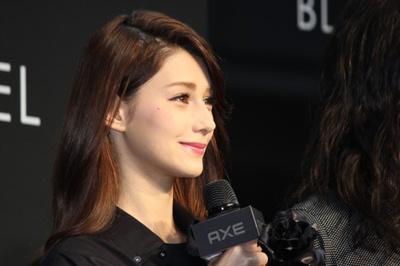 元サッカー日本代表の中田英寿氏が手掛ける「AXE BLACK LABEL」ショーにダレノガレ明美が登場