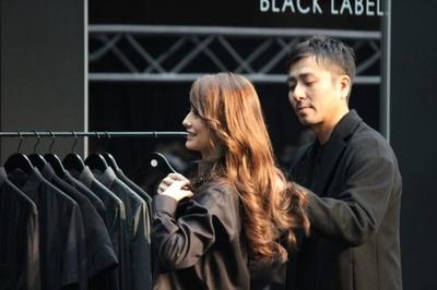 【写真を見る】中田英寿氏からプレゼントされたメンズシャツに着替えるダレノガレ明美