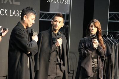 デザイナーの尾花大輔氏(左)、中田英寿氏(中央)、ダレノガレ明美(右)がブラックコーデで登場