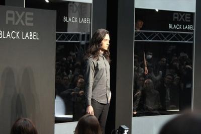 ファッションショーに登場した栗原類。ダレノガレ明美に黒いバラを渡す演出も