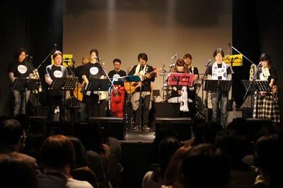 【写真を見る】震災から5年、黙祷を捧げる井上和彦ら声援団のメンバー