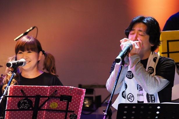ライブパートの一幕。声援団初参加の菅沼久義がハーモニカを華麗に演奏