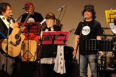声優の檜山修之(写真右)も忙しい合間を縫って駆けつけ参加。メンバーとともに「君に送る応援歌」を熱唱した