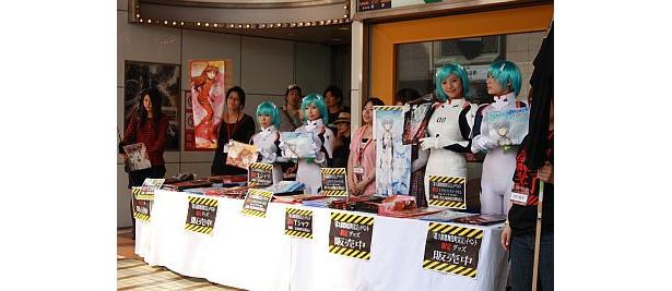 イベント「第3新歌舞伎町宣言」限定グッズ売場では、なんと販売員が全員レイ!