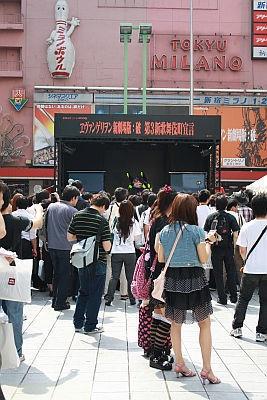 約800人が訪れた歌舞伎町は、ヱヴァ一色の盛り上がり