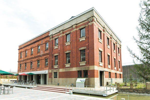 イオンモール堺鉄砲町の「カプリチョーザ ピッツァ&ビュッフェ」が入る赤レンガ館。天井高約11mを誇り、開放感たっぷり