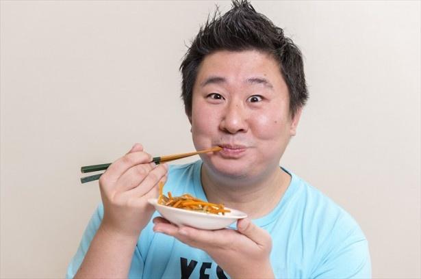 大満足の表情を浮かべるフォーリンデブはっしーさん。「ご飯に合いそうなしっかりとした味付け!いい具合にダレの風味も広がり、後味はくどくないのもいい!」
