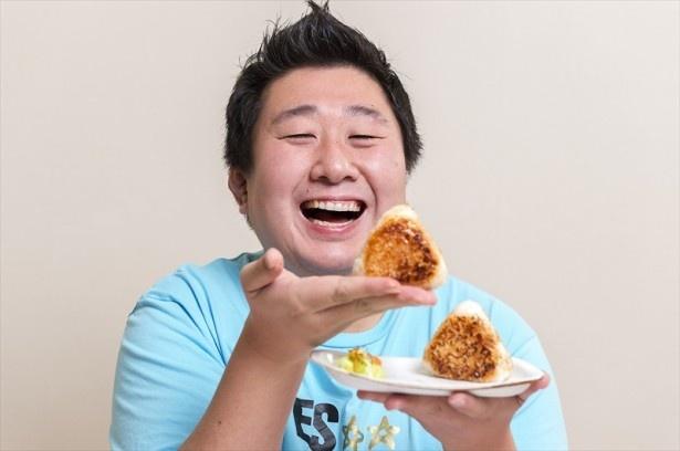 おにぎり大使も務めているフォーリンデブはっしーさん。「焼きおにぎり」を手に、「早く食べたい!」ととっても幸せそう!