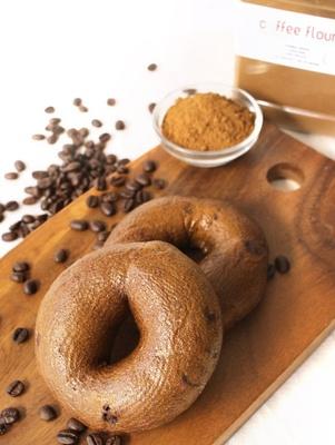 日本で初めてコーヒーフラワーを商品化した、BAGEL&BAGELの「コーヒーフラワーチョコベーグル」(190円)。コーヒーのビターな風味を楽しめる