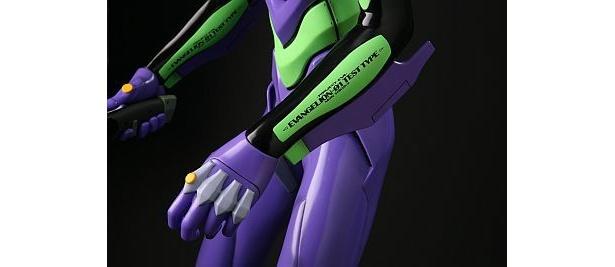 左右の腕には「EVANGELION-01 TEST TYPE」の文字