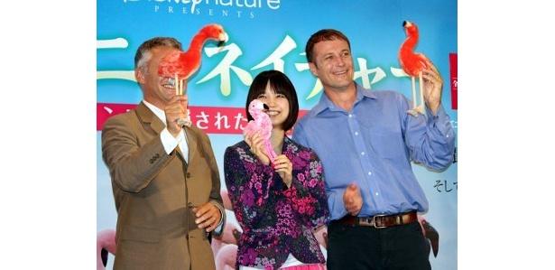 3人がフラミンゴのぬいぐるみをもってポーズ!