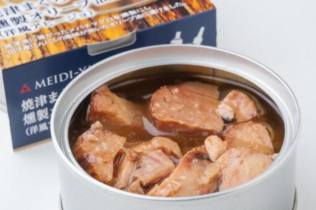 缶を開けるだけでレベルの高いつまみが楽しめる「明治屋 おいしい缶詰〜焼津まぐろの燻製オリーブ油漬〜」(432円)。鍋に2分ほど湯煎するとさらに美味しくなる!