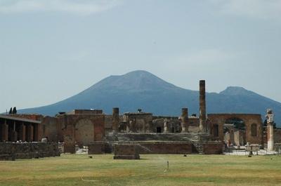 ポンペイ遺跡から臨むベスビオ火山