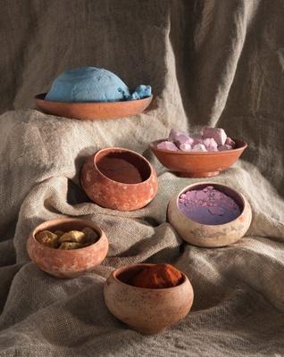 さまざまな色彩を生み出していた顔料入りの小皿