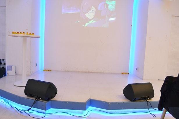 ステージでは定期的に朗読劇などのイベントが行われる(「SHIROBACO」)
