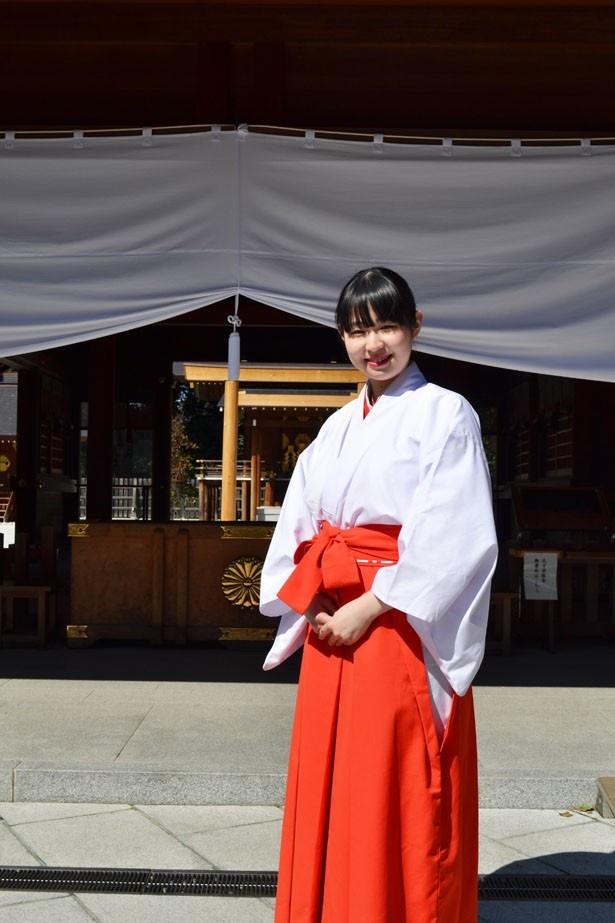 「本殿の前にある伊勢神宮で使われていた鳥居は、全国的にも珍しいので見どころです」と話す、巫女の齊藤蘭さん