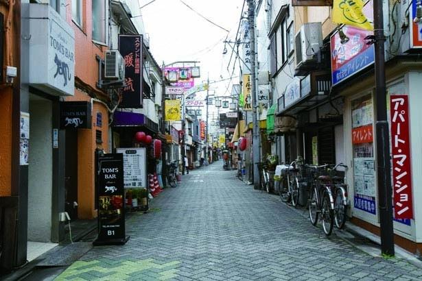 居酒屋やバーなどの飲食店が多く立ち並ぶ商店街「スターロード」