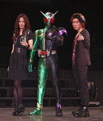 仮面ライダーWと、主題歌を担当する2人。TAKUYAは撮影にもノリノリ