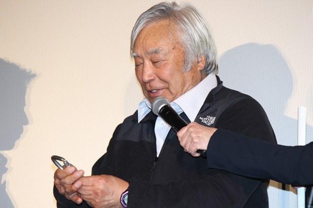 【写真を見る】V6岡田、レジェンドからのプレゼントに感激!