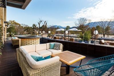 「京都モダンテラス」岡崎公園や東山が見渡せるテラスのソファー席は、桜が見える特等席