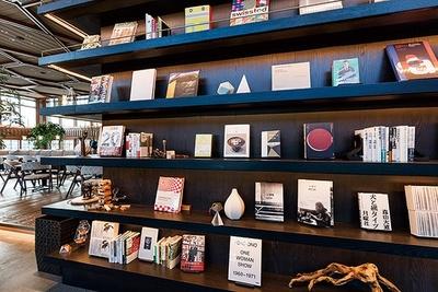 「京都モダンテラス」店内には同施設の1階にある「蔦屋書店」とコラボレートした書棚も設置