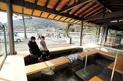「嵐山温泉 和cafe ひゅーめ」足湯につかって絶景が見られる