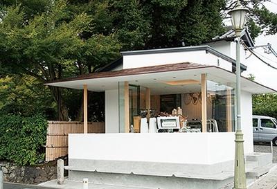 「% ARABICA 京都 嵐山」ピンク色に染まる嵐山を見るなら、店の周囲にあるベンチが最適!
