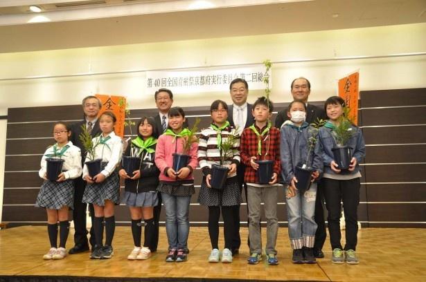山田啓二知事(後列左から3人目)とモデルフォレスト運動参画企業担当者(後列)、緑の少年団の子供たち