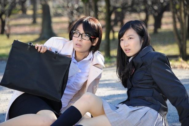 大沢ひかる演じるアカリが高校に潜入捜査をするシーンも