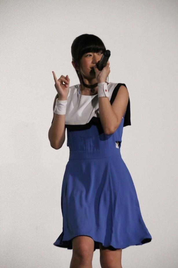 """イベントでは、本作のオープニングテーマでソロデビューを果たす""""Fullfull☆Pocket""""のメンバー・花谷麻妃が、かれんな歌声とダンスでオープニングテーマを披露"""