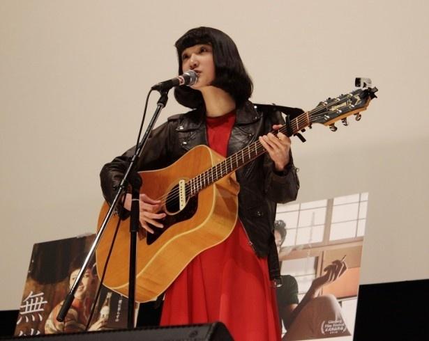 女子ロックバンド、Drop'sのボーカルを務める中野ミホは弾き語りで主題歌「どこかへ」を披露