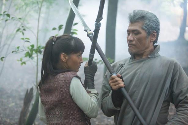 【写真を見る】上橋はジグロ役の吉川晃司(右)を「イメージ通り」と絶賛!