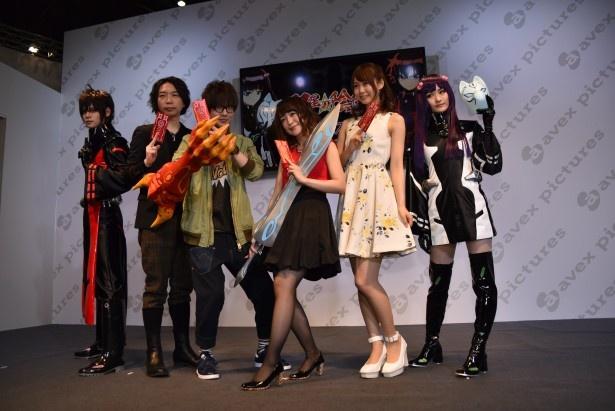 (中央4人・左から)諏訪部順一さん、花江夏樹さん、潘めぐみさん、芹澤優さん。両端は「双星の陰陽師」ステージに登場したコスプレイヤー