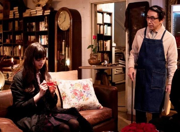 3月27日(日)放送のドラマスペシャル「ストレンジャー~バケモノが事件を暴く~」に出演する中条あやみ、段田安則
